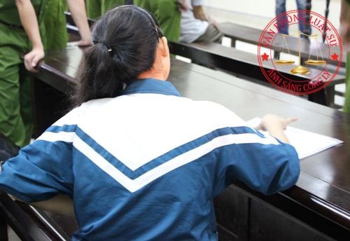 Nạn nhân Tuyết ngồi theo dõi phiên tòa
