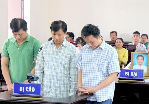 Hiệp (từ trái), Khiêm và Hoàng tại tòa