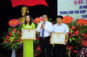 Tập thể Trung tâm TGPL tỉnh và bà Phạm Hương Lan vinh dự được Ủy ban nhân dân tỉnh tặng Bằng khen