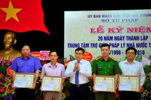 Ông Ngô Quang Giáp, Giám đốc Sở Tư pháp tặng Giấy khen cho các tập thể có thành tích xuất sắc trong công tác TGPL