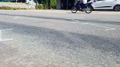 Nhà chức trách đánh dấu vị trí các xe tông nhau tại hiện trường để điều tra