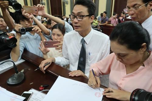 Mẹ Phương Nga ký vào biên bản niêm phong những lá thư thông cung có sự chứng kiến của luật sư