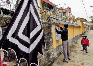 Cờ tang cắm dọc những con ngõ dẫn vào thôn Lương Xá Nam
