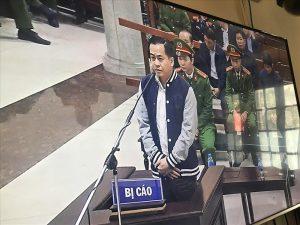 Bị cáo Phan Văn Anh Vũ tại tòa. Ảnh chụp qua màn hình tivi.