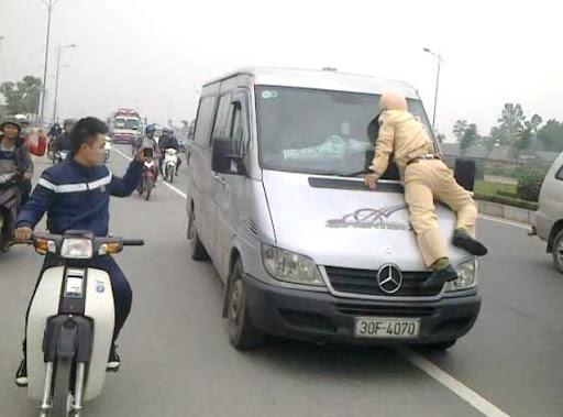 Một công dân đang ngăn cản người thi hành công vụ thực hiện công vụ của mình